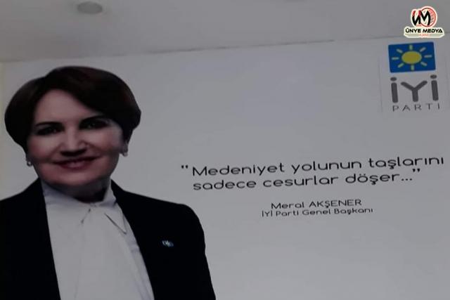 Ak Parti'den istifa eden eski Ünye Belediye Başkanının rozetini Akşener taktı