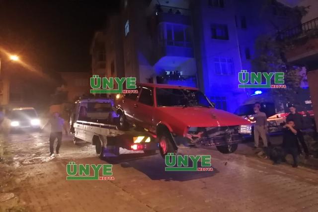 ÜNYE'DE POLİS'İN KOVALADIĞI ARAÇ BAHÇEYE GİRDİ.